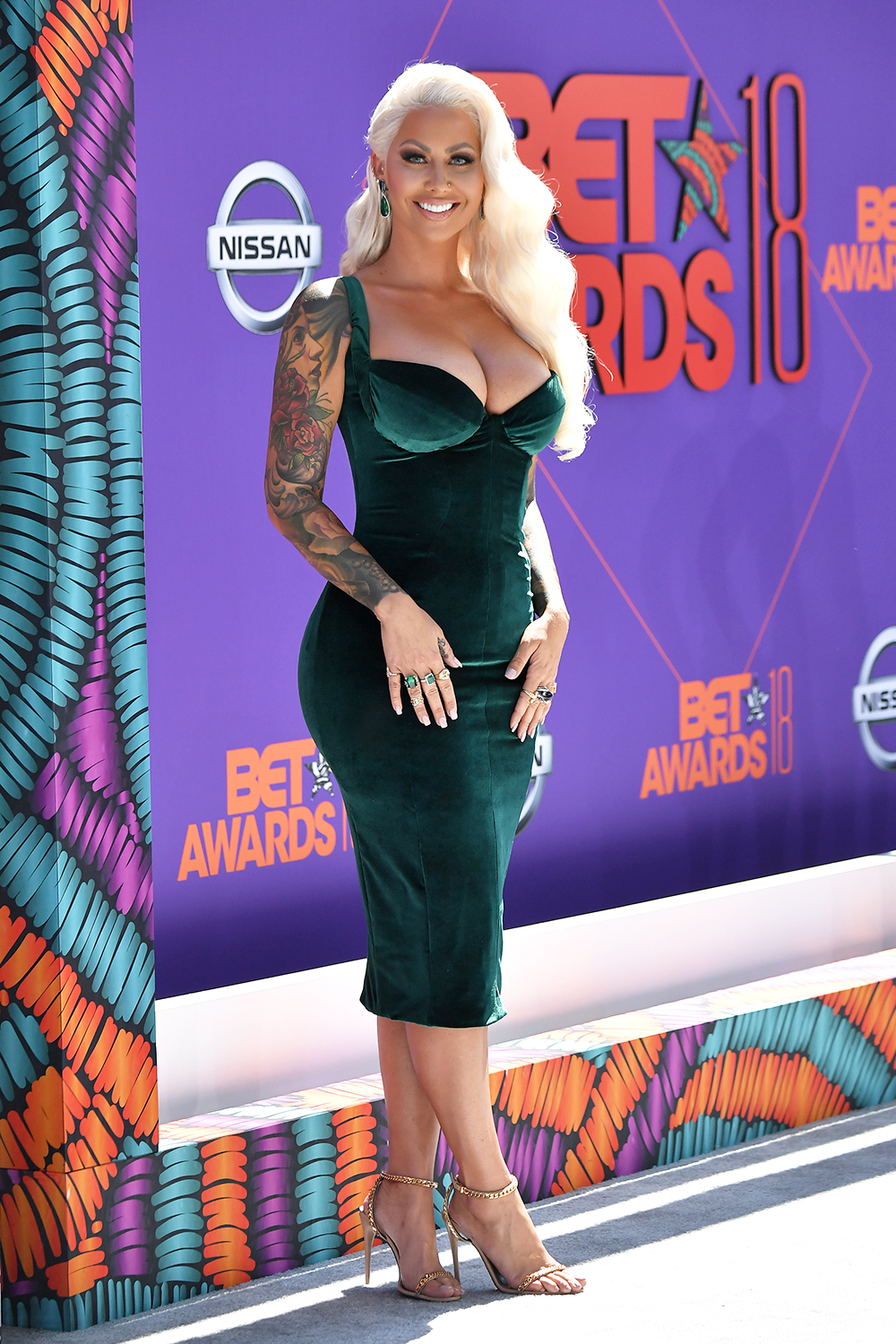 Amber Rose stuns in an old Hollywood inspired look. I'm so used to seeing her bald, I almost didn't recognize her.