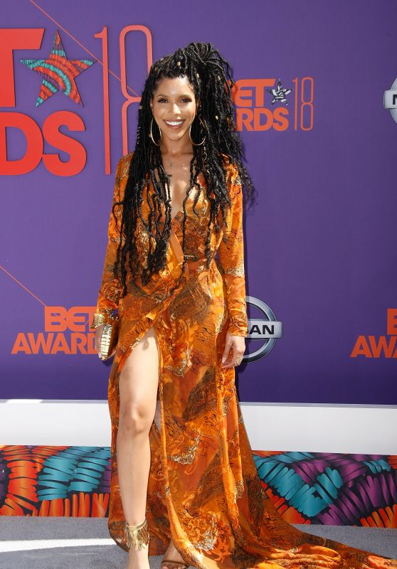 Jasmin Savoy Brown is serving looks in a fun, bohemian look! The hair pairs perfectly with her vintage-esque gown.