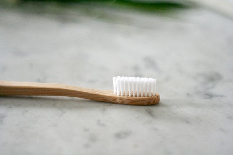 Brosse à dents en bambou - My Boo Company   Le bambou Moso utiliséest labellisé FSC et pousse de manière naturelle sans engrais ni pesticide ni arrosage, comme un grand ! Il est aussi neutre en émissions de CO2. La brosse à dent aux poils souples est 100 % recyclable, ou même compostable à condition d'enlever les poils.