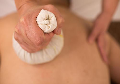 client receiving an aromatherapy massage at bangkok day spa
