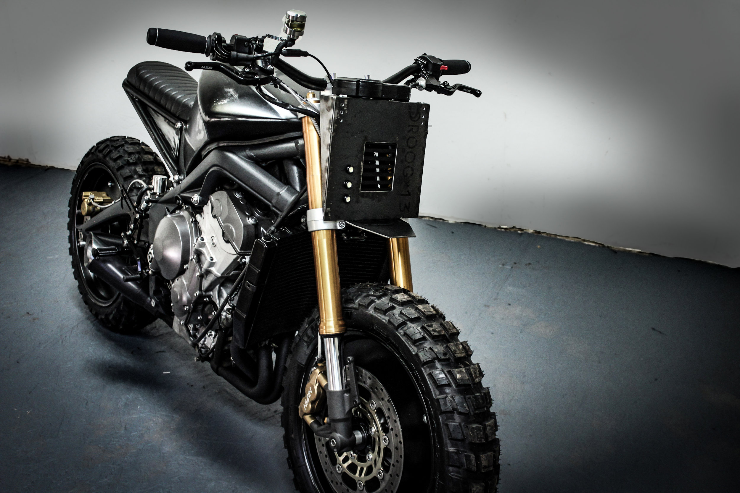 - // SUSPENSIONEquipped with high end suspension DM-013 is a machine built for a good time. With high speed and high adrenaline you need the suspension to tag along. Adjustable with a modern look your Urban Menace is ready for it all.