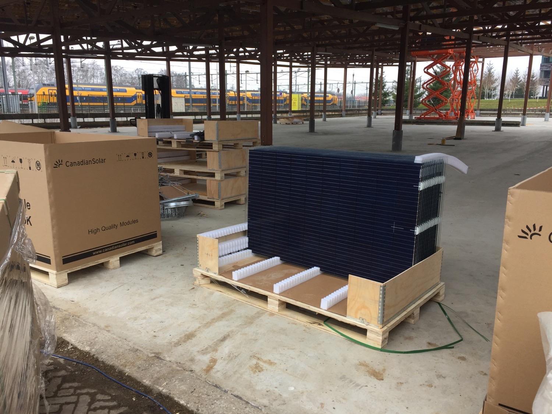 Mooi die zonnepanelen, maar ik kijk meer naar de pallets, het karton en multiplex.