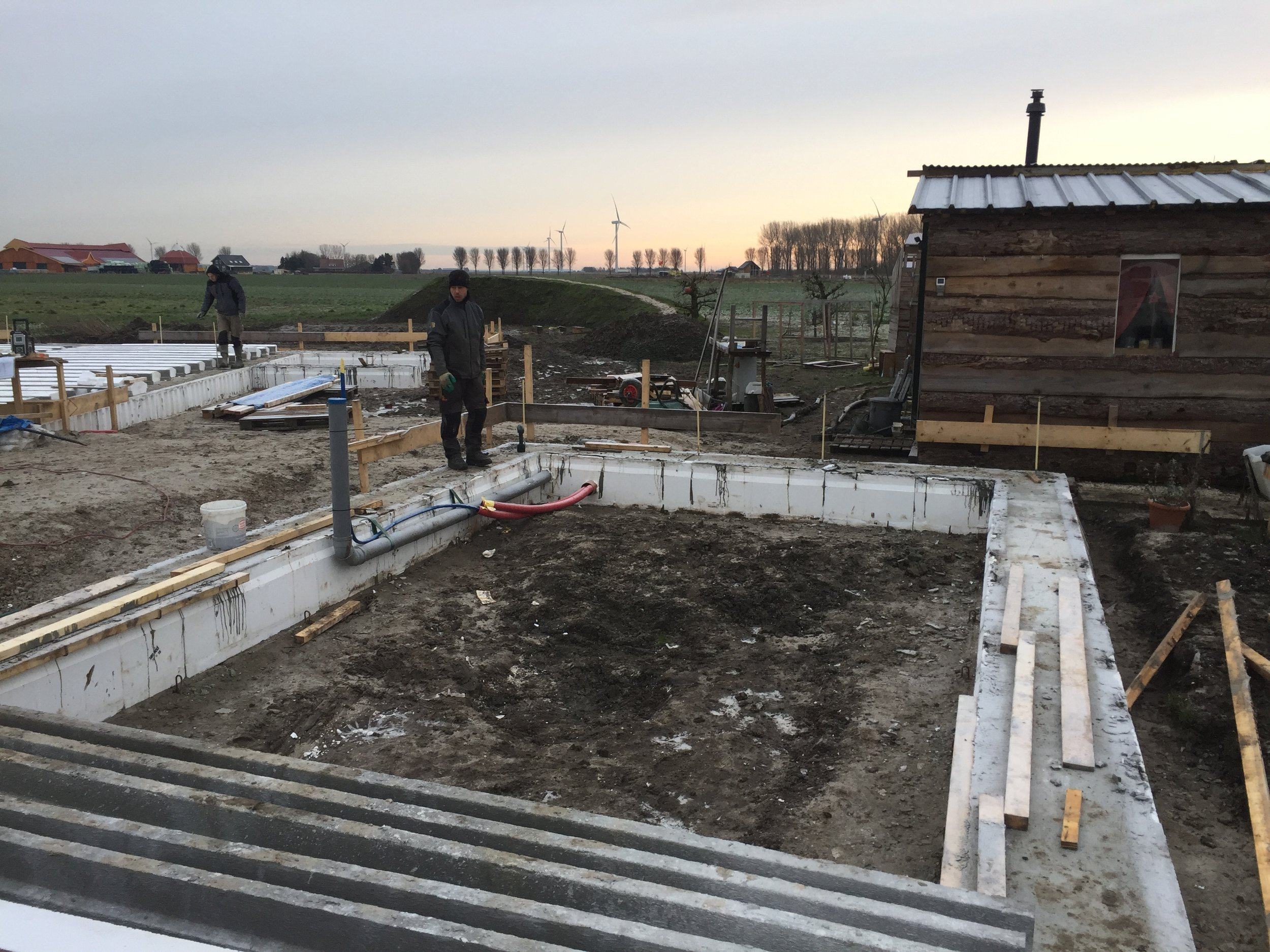 The floor combines prefab joists for tension and a layer poured in situ for pressure.