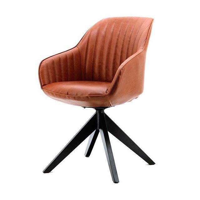 Jules er en dreibar spisestol med metall understell, leveres i 4 farger! Her vist i cognacfarge. Leveres også i grønn, antrasittgrå, og blå. #møbler #sandefjord #sofa #interiør #interiordesign #sandefjord #vestfold #norge #norway #furniture #høst #mikkelmøbler #interior #bord #spisestol #chair