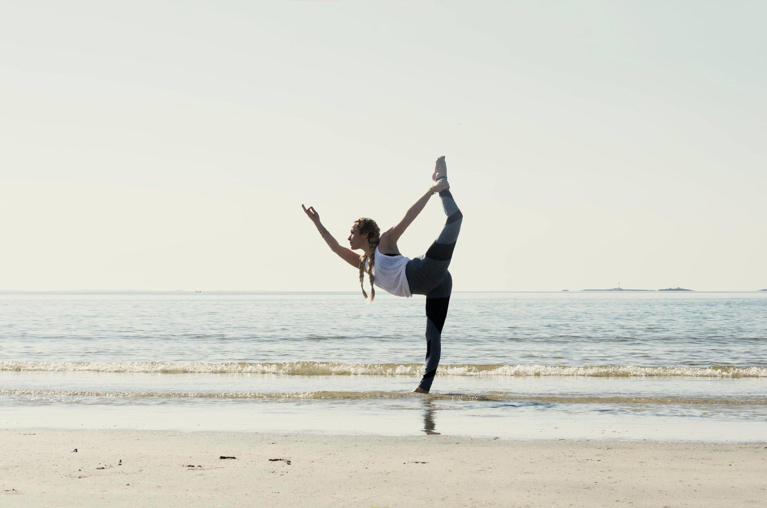 Natarajasana- Dancers Pose  Foto:   Anita Hamremoen     Klær:  Run & Relax   Hår:  Øyvind Darling