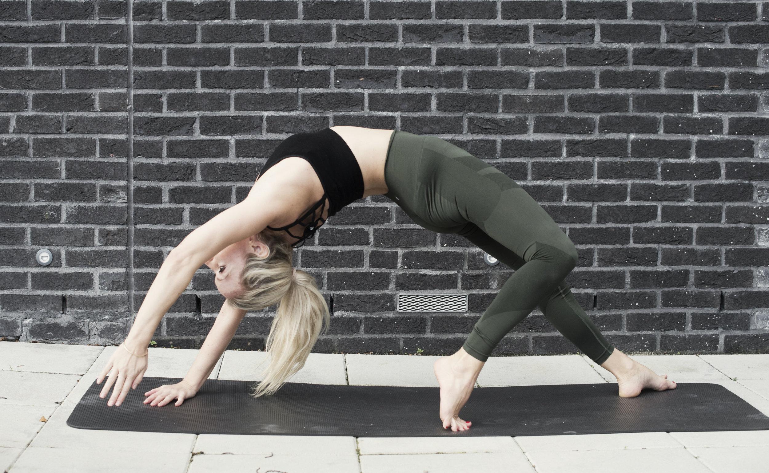 Wild thing -Camatkarasana Effekter: Åpner brystet, lunger og skulderområdet og åpner forside av beina og hofte fleksorer. Styrker skuldre og i øvre rygg. Kan hjelpe mot trøtthet og mild depresjon.