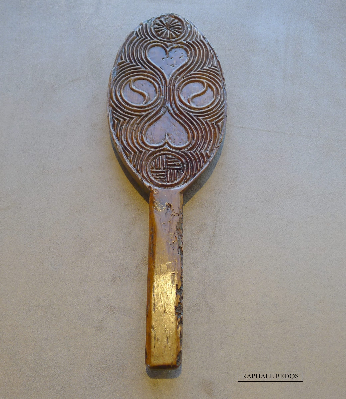 6.Plaque à beurre de forme ellipsoïdale, décorée de 2 coeurs opposés, d'une rouelle, et de stries.(33,5cm)