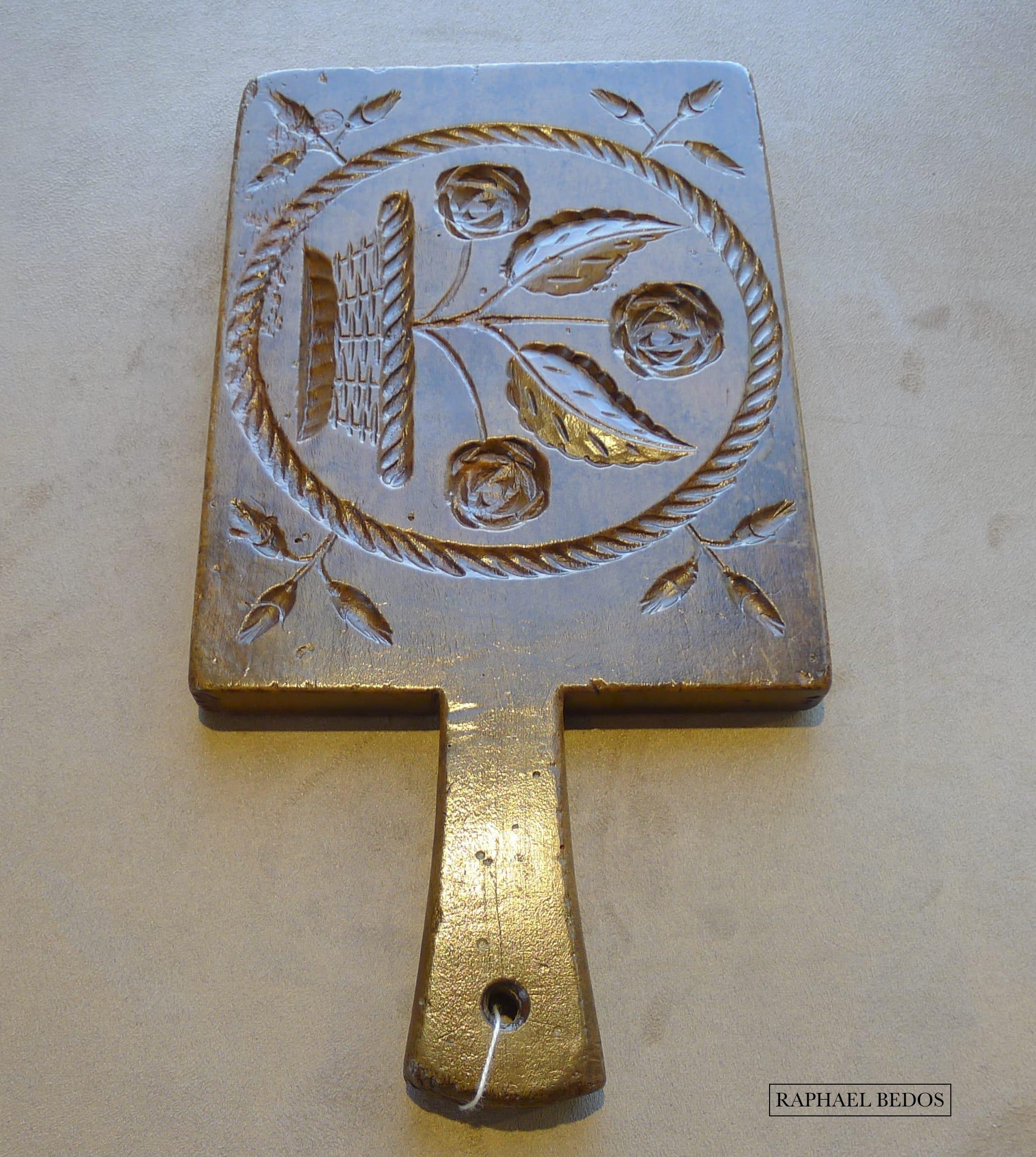 3.Plaque à beurre rectangulaire décorée d'un panier fleuri entouré d'une couronne striée en diagonale ( Haute Savoie, H 34 cm)