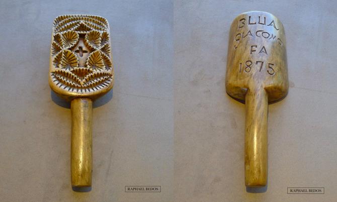 """4Plaque à beurre sculptée très en creux de feuillages nervurés. """"BLUA GIACOMO FA 1875"""", ( Italie, H 25 cm)"""