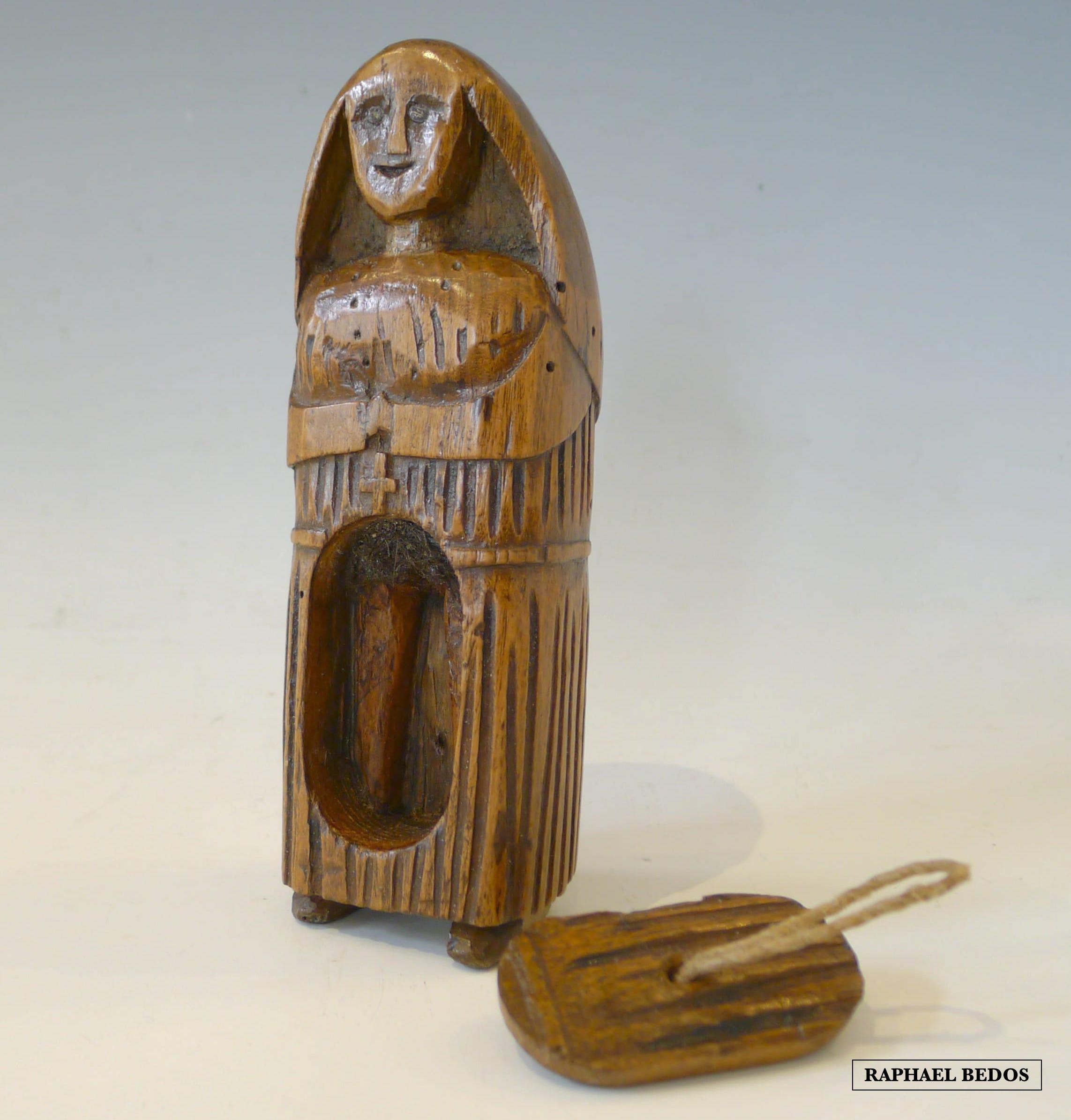 22.Tabatière érotique figurant une religieuse. Noyer.19ème.H: 14cm