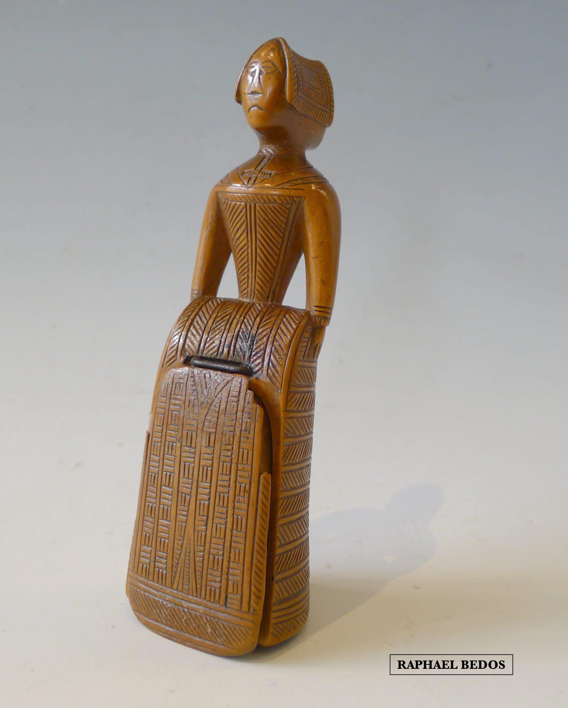1.Tabatière figurant une femme en pied, vétue de son costume.Hollande.H : 12,5cm