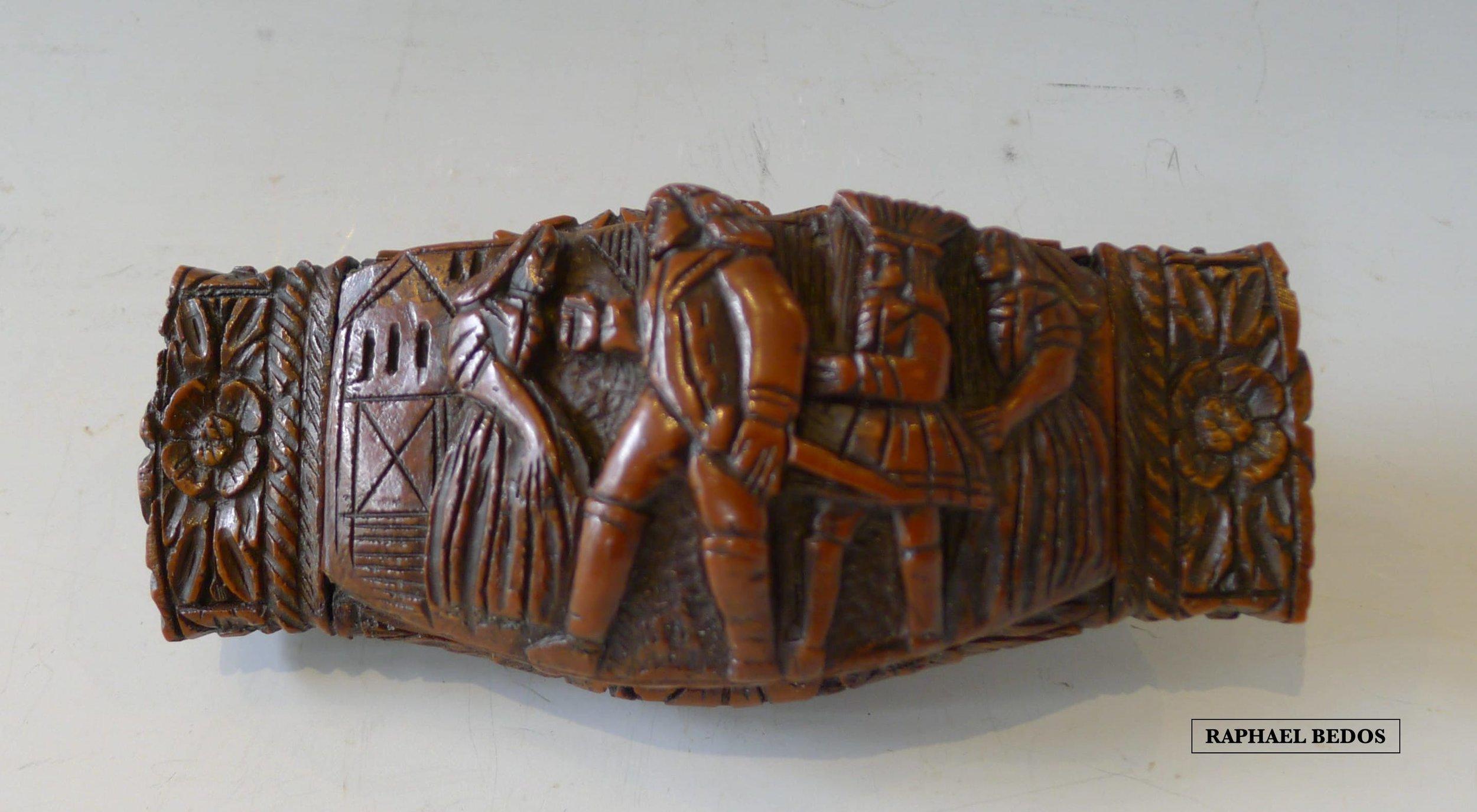 13.Tabatière rectangulaire en corozo, sur le couvercle deux femmes encadrent deux hommes dont un porte une épée.19ème.L : 10,2cm