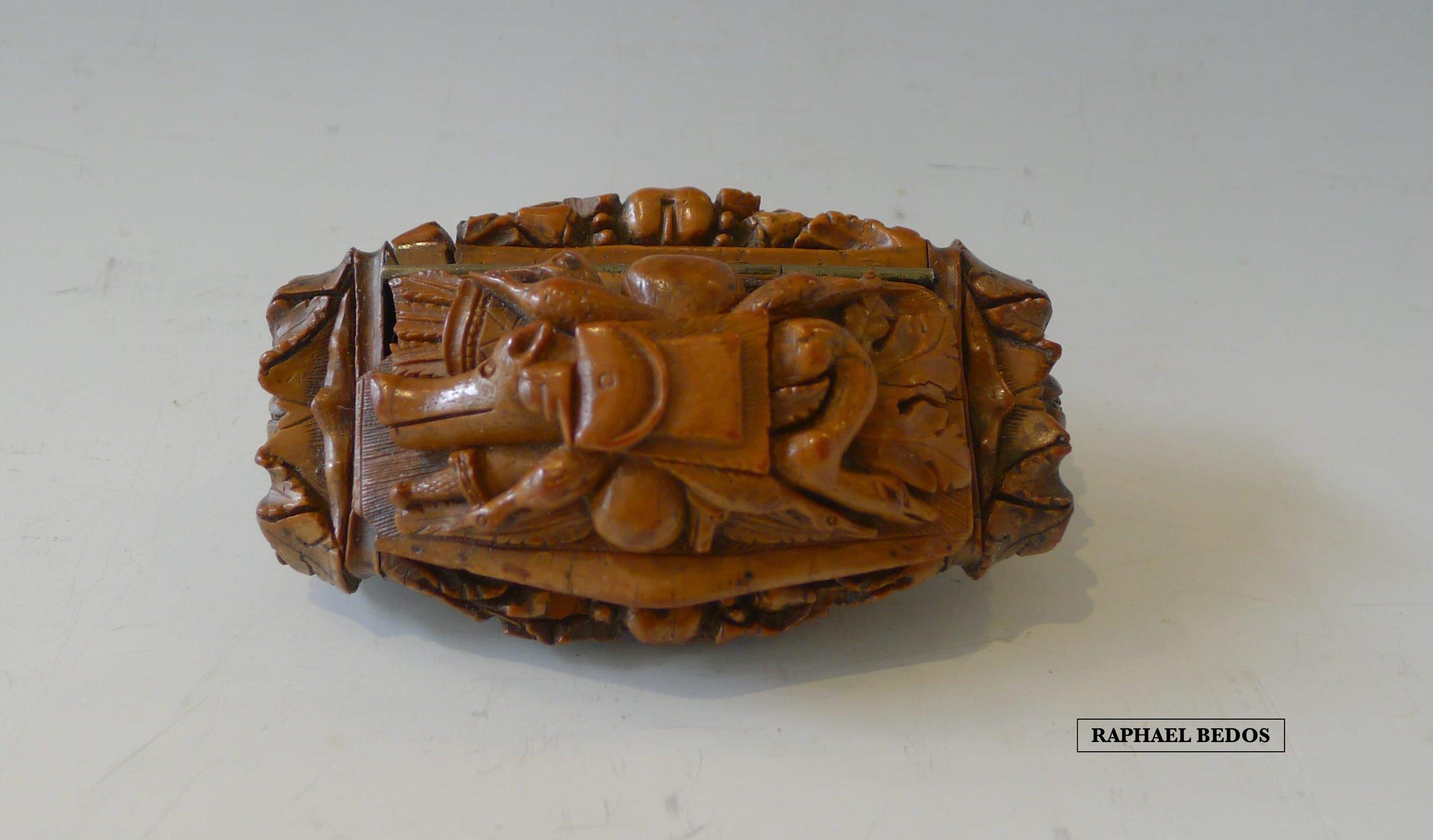 15.Tabatière de chasseur. Tête de sanglier , une gibecière et des oiseaux. Corozo.L : 9cm