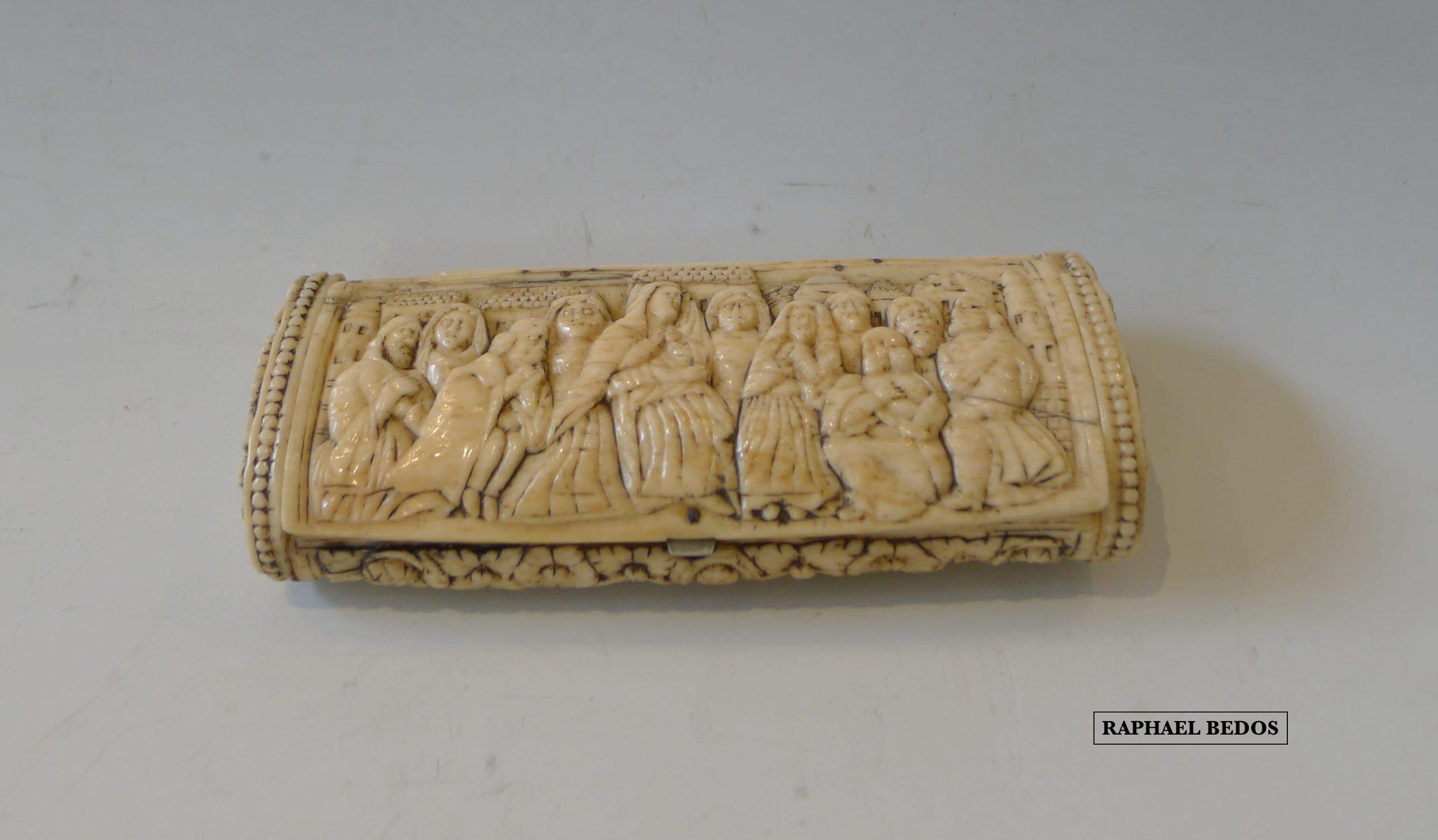 17.Tabatière d'officier d'Empire. Scènes bibliques recto verso.11 personnages sur le couvercle/14 sur le verso.Dieppe.Ivoire.19ème.L :12 cm H : 2,5cm.