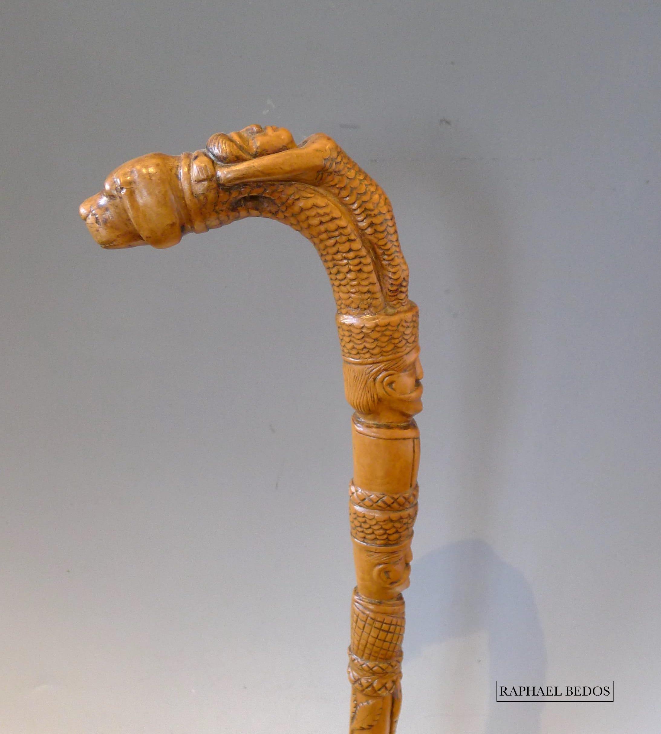 7.Canne à pommeau sculpté d'une sirène accolée à la tête d'un chien surmontant 2 têtes d'hommes. Serpent et feuillages autour du fût.Hautes Alpes.19ème.