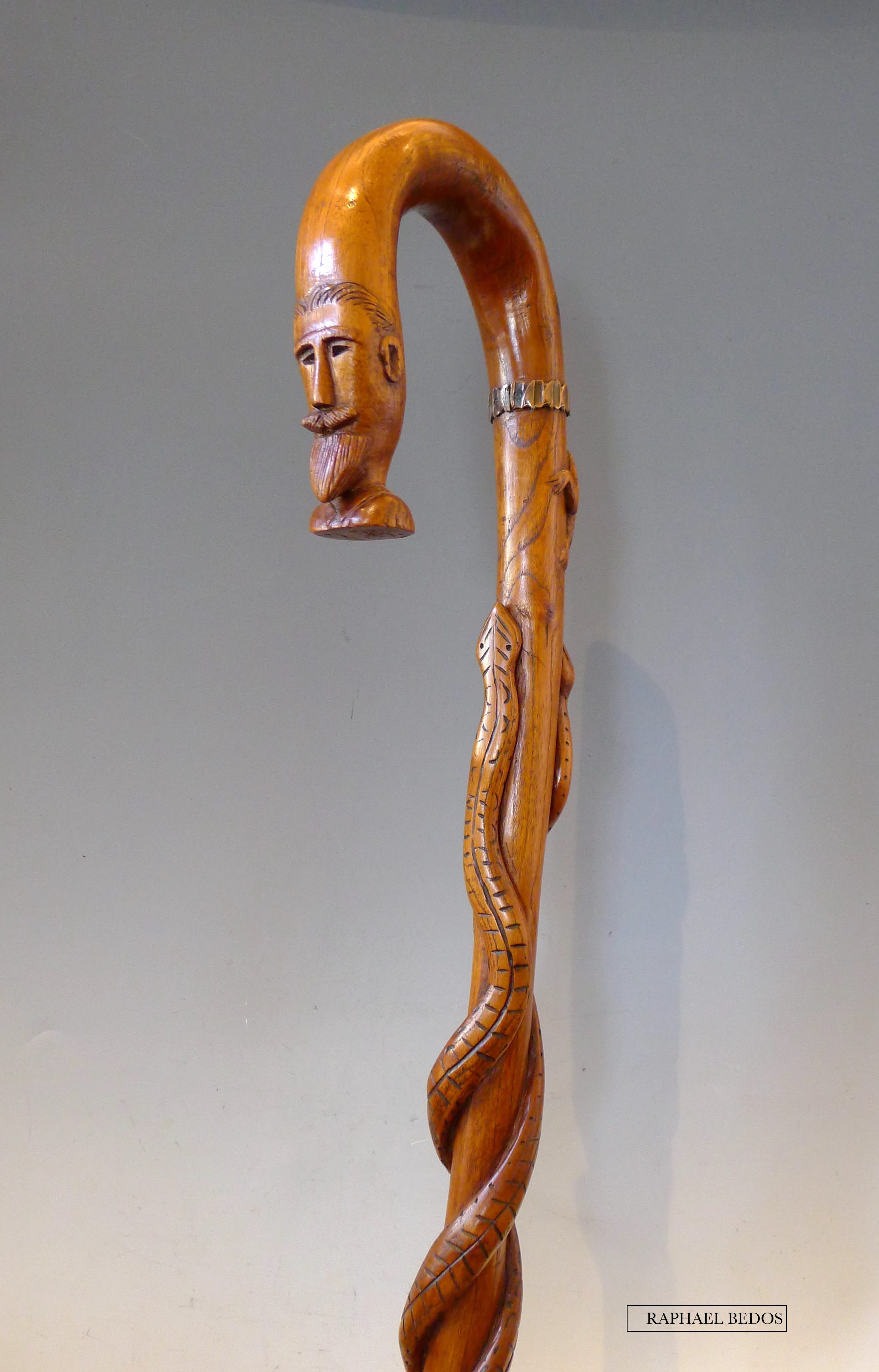3.Canne de soldat (14-18).Sur le fût, 2 serpents affrontent un crapaud symbolisant l'ennnemi. La tête du propriétaire termine l'extrémité du pommeau.