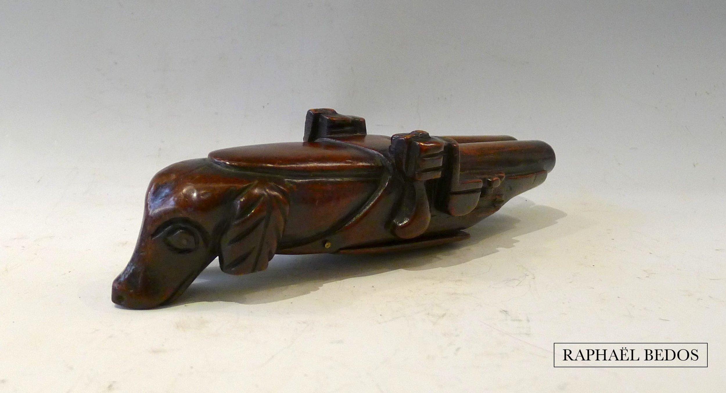 """5.Tabatière pistolet dite au chien, en acajou (belle patine). C.1800, France, Coll """"Argiles."""