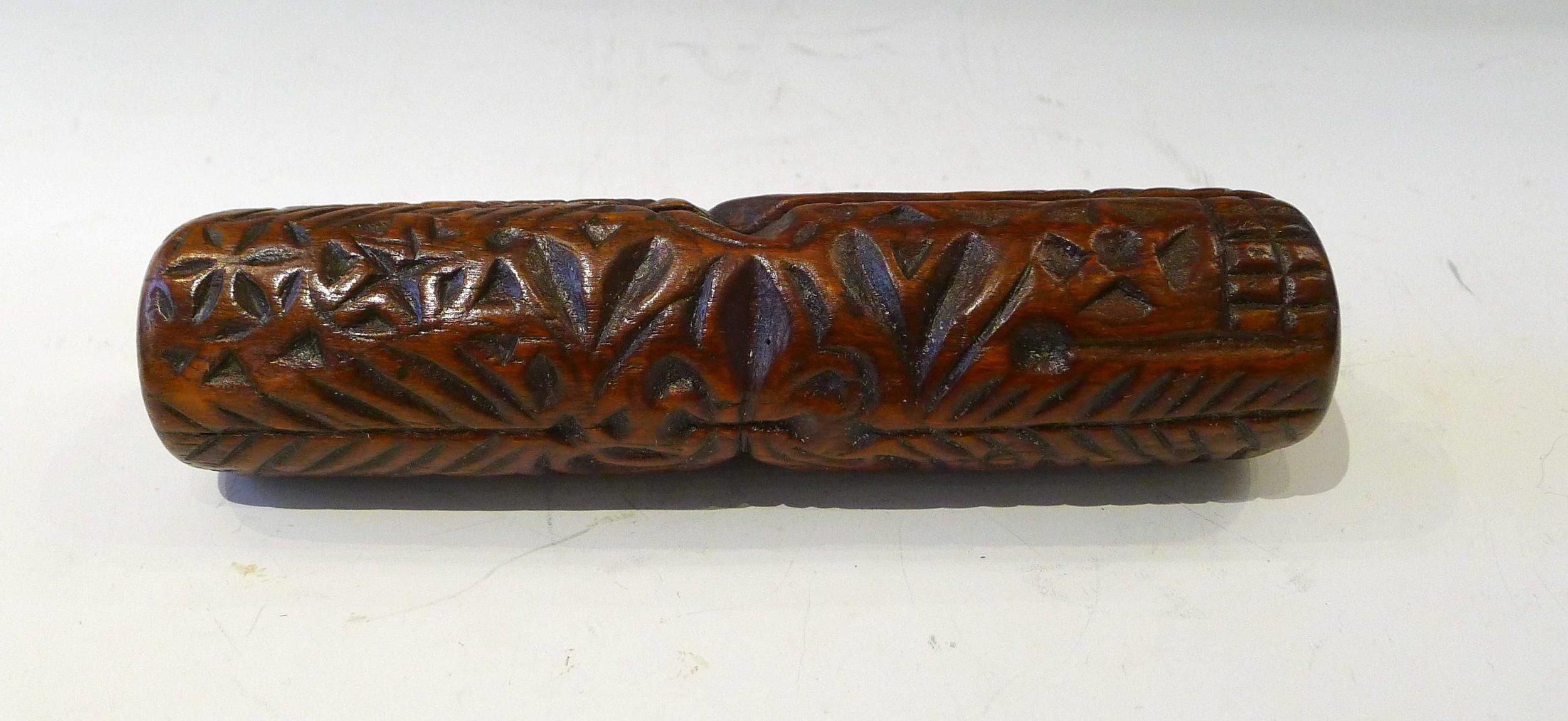 7.Rouleau sculpté en creux de 2 arbres de vie opposés , séparés par une grande fleur de Lys, de motifs géométriques, de rosaces, d'une fleur, d'un soleil. Fente,19 ème,L: 20 cm.