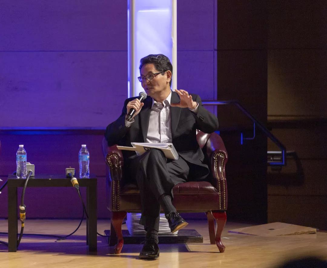 """华大基因高级副总裁何教授凭借幽默的语言和独到的见解成为了同学们的""""男神"""""""