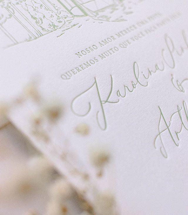 Detalhe do convite do #kasamento da @karolpinheiro e do @arthurpezzi 💍 Impresso em letterpress que dá esse efeito de baixo relevo lindo! . . . #convitedecasamento #convite #invitation #moderncalligraphy #papelariaparacasamento #customcalligraphy #weddinginvites #weddinginvitations  #calligraphy #letterpress #goodtype #convitepersonalizado #caligrafia #wedding #casamento #kasamento