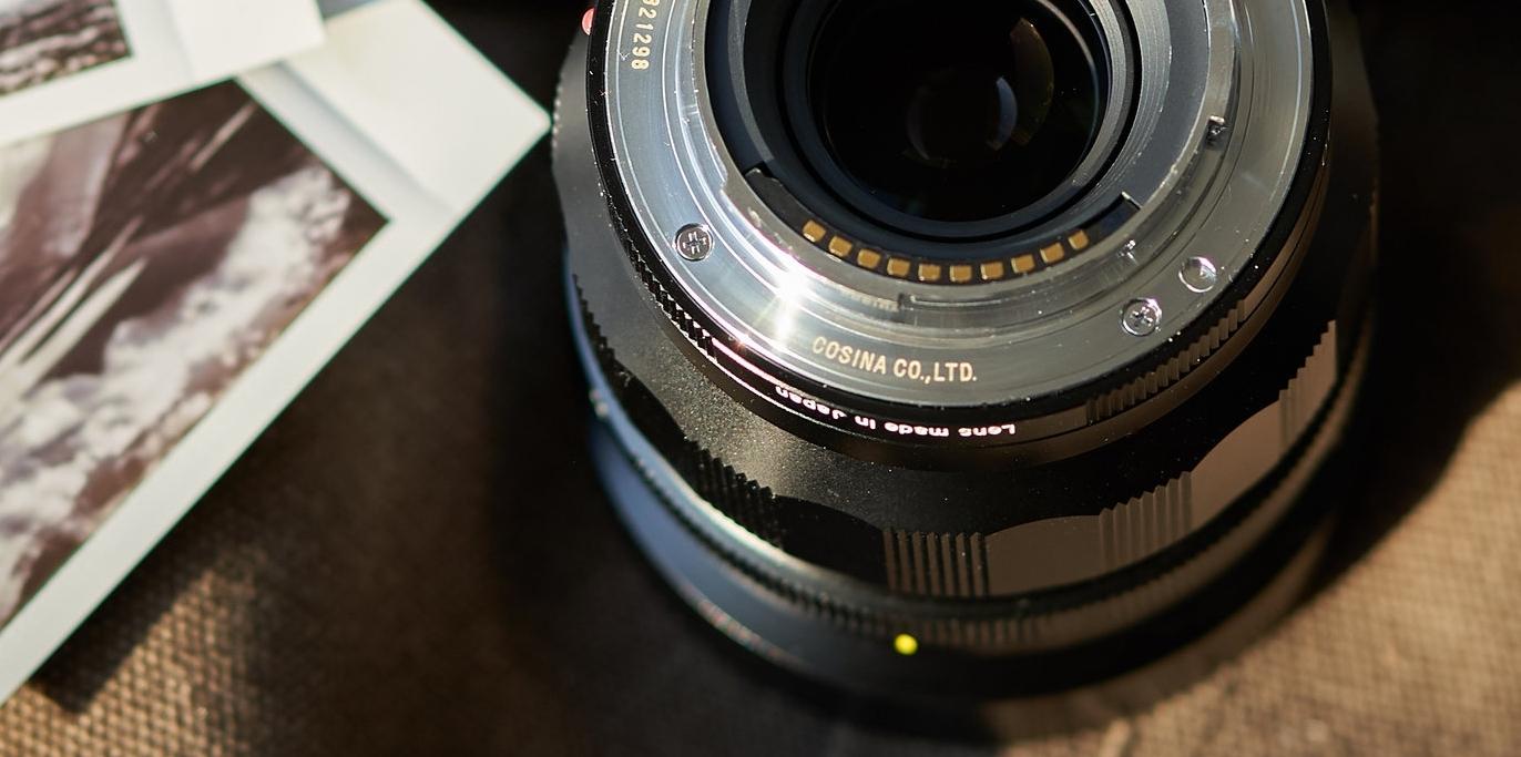 Voigtländer 40mm für Sony e-Bajonett (hier kann man die Kontakte am Bajonettanschluss sehen)
