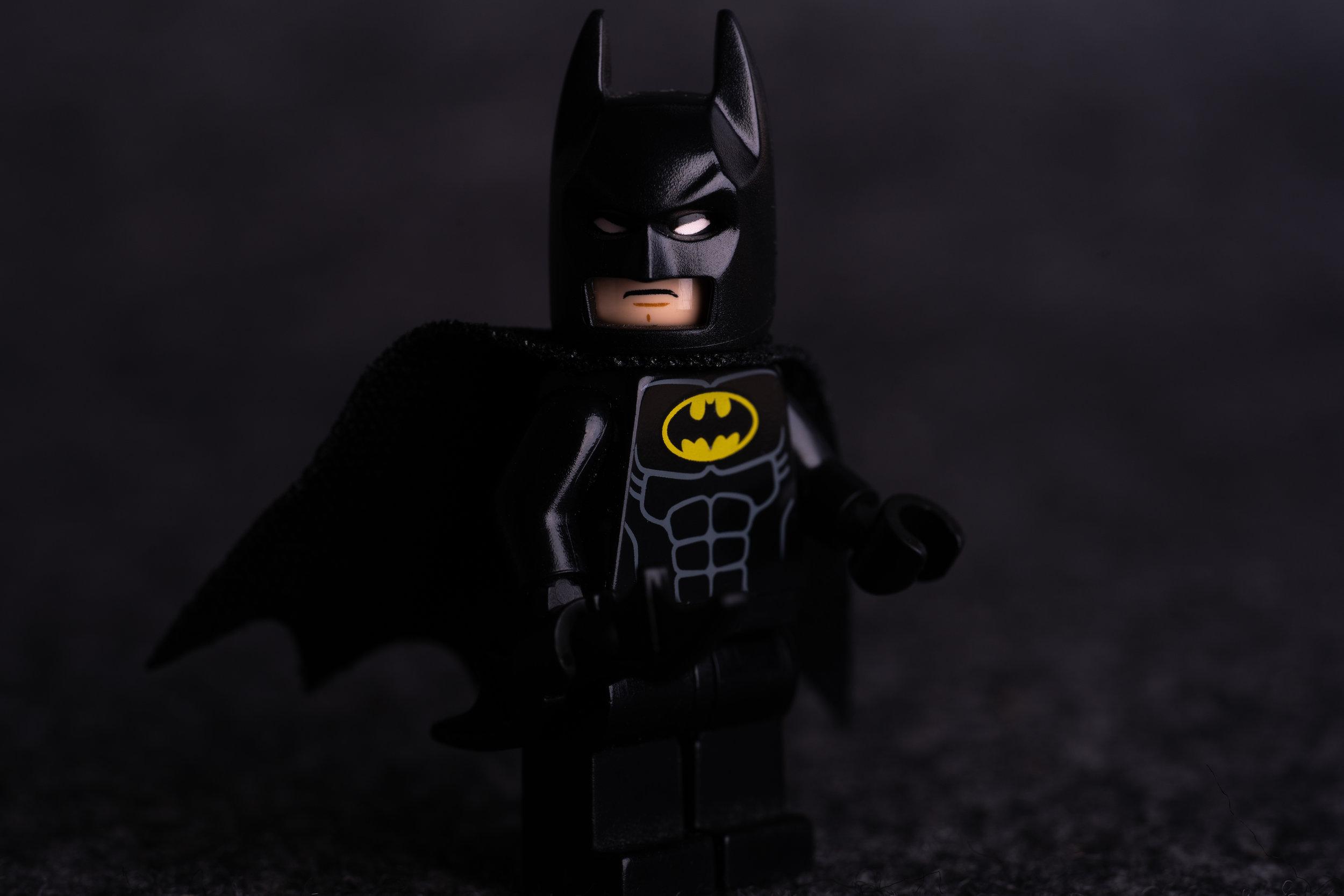 Naheinstellgrenze bei 31 cm, bei 65mm bekommt man ein Legomännchen komplett abgebildet. Näher geht nicht.