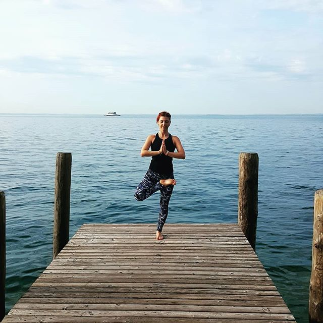 💙We don't realize that, somewhere within us all, there does exist a supreme self who is eternally at peace 💙 Elizabeth Gilbert . #eliyoga #supremeself #peacefullake #lakegarda #peacefullmind #balancingpose #yogaeveryblessedday #gratefullheart #heartfullness