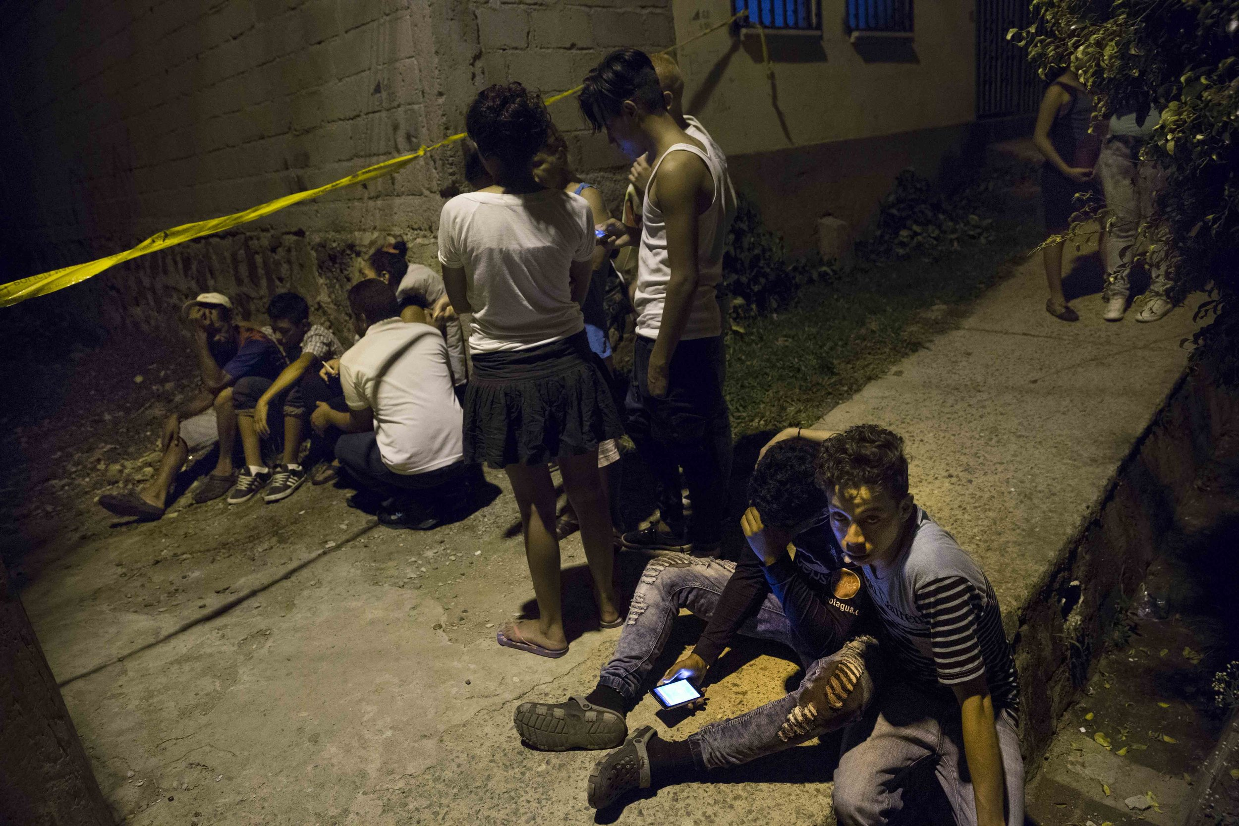 The family of a boy murdered in a Tegucigalpa neighborhood, awaits the arrival of forensic crime scene.