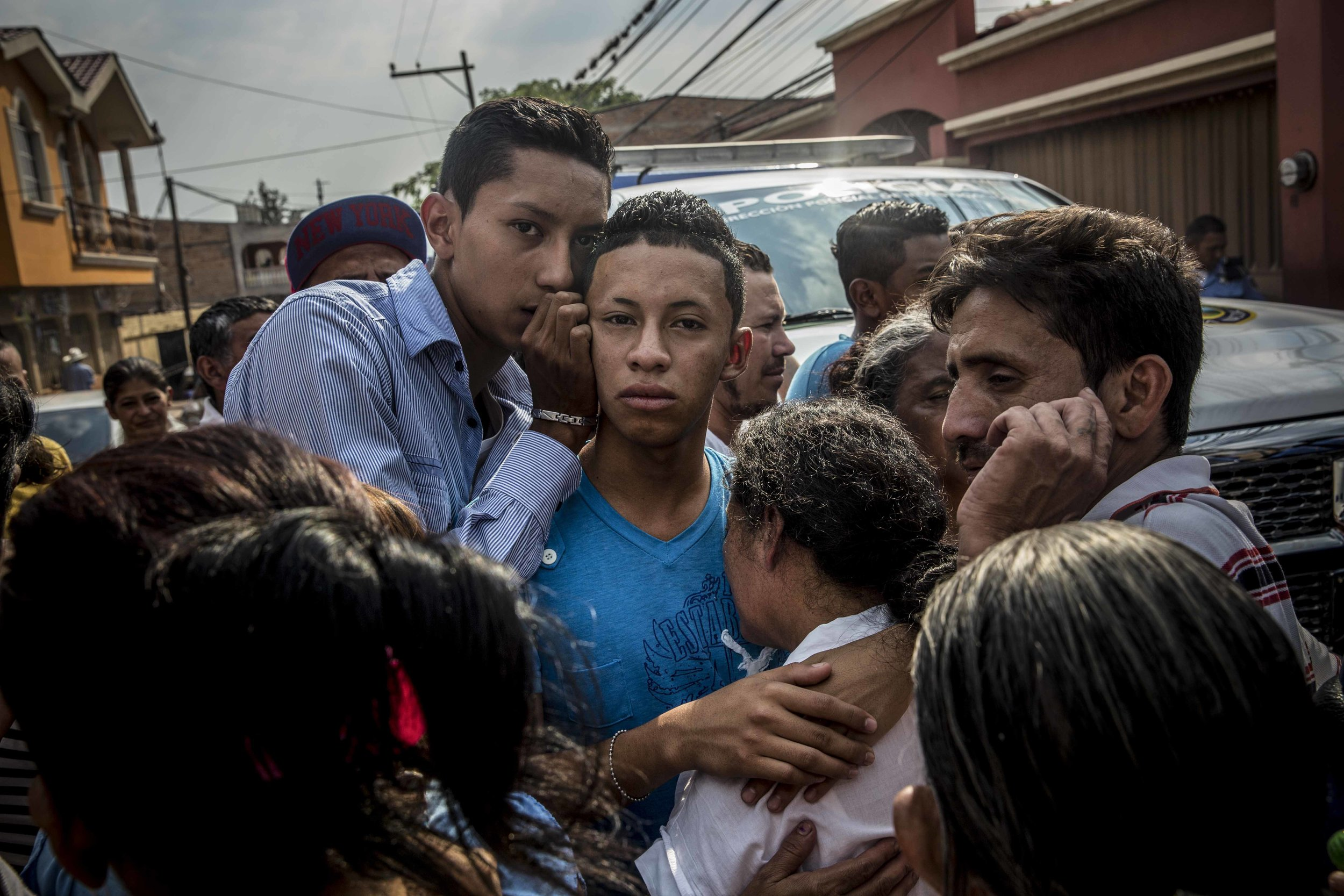 The relatives, brother and mother of two boys, Carlos Amador 22, and Edwin Amador, 20, murdered in cold blood in broad daylight on the streets of Suyapa neighborhood, Teguciaglpa, capital of Honduras.