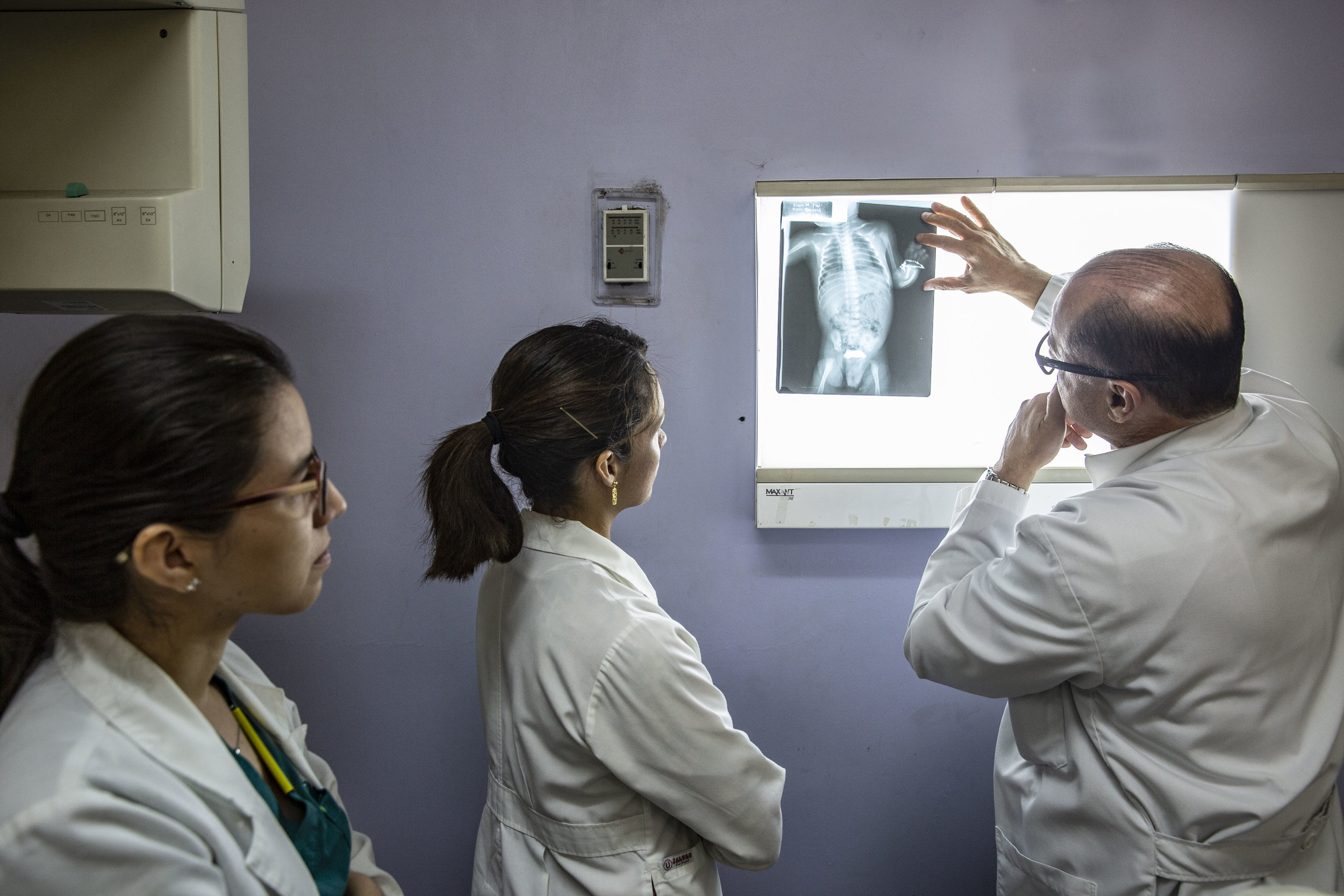 Doctor Craniotti, head of the Ruth Paz hospital in San Pedro Sula and pedriatic surgeon specialized in anorectal disfunctions works alongisde his assistans.