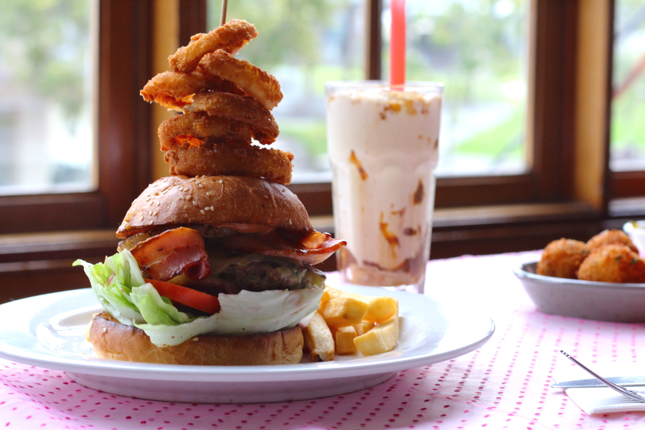 Burgers & Shakes - 28ppa choice ofCheese burger, Vegetarian burgerSouthern fried chicken burger or Pulled pork burgerto shareOnion rings, chips, mac 'n' cheese balls, chicken wings & salad+one of our famous thickshakes