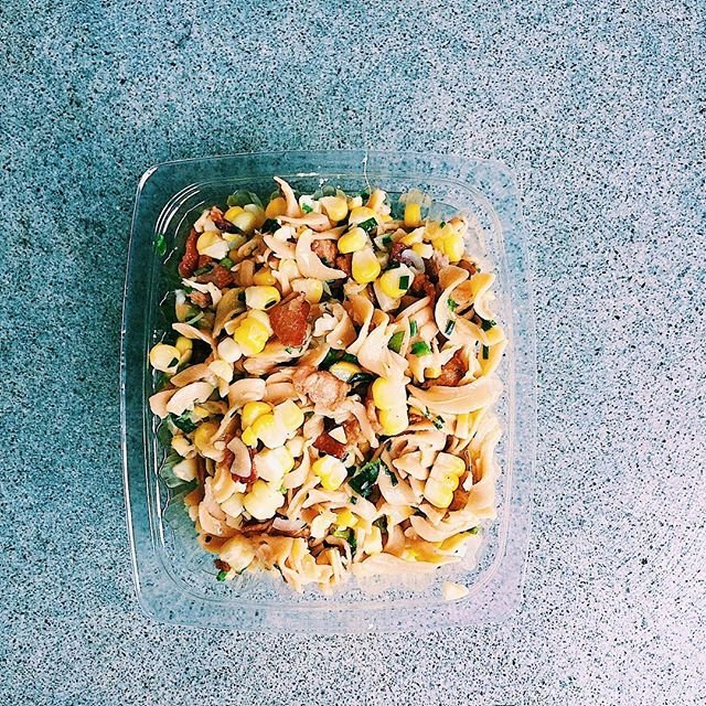 🌽corn, bacon, & parmesan pasta salad🙌🏼 this was a warm pasta recipe I adapted to be a cold pasta salad by adding an apple cider dijon vinaigrette after it was cooled. this bumped up the flavor immensely...my other trick for a delicious pasta salad is using chickpea pasta- not only does it up the nutrition👍🏼, but it really gives pasta salad so much more flavor that regular wheat pasta! finished with fresh summer herbs like chives and basil🌿, this one was a winner! . . . . . . #healthyeats #healthyeating #mealdelivery #mealdeliverylosangeles #mealprep #manhattanbeach #lafood #lamealdelivery #southbay  #dailyfoodfeed #instaeats #huffposttaste #feedfeed #buzzfeedfood  #yahoofood #vscofood #food4thought #healthyliving #igfood #foodiegram  #foodpics #goodmoodfood #eatwelllivewell #eatrealfood #balance #healthy #homemade