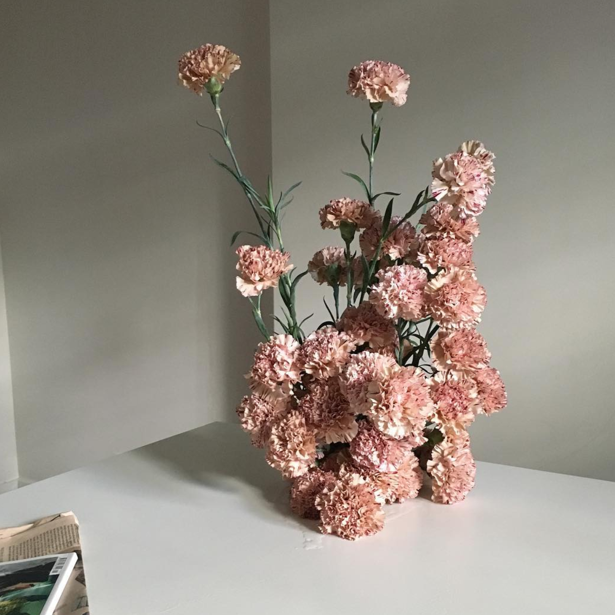 Fjura-London-simple-minimalist-flower-arrangement-display-installations-chanel-gucci-glossier-hermes-wedding-private-events-queensmith-master-jewellers-hatton-garden-london-bridal-engagement-ring-wedding-ring
