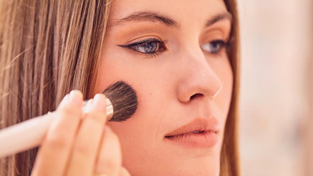 cosmetics-a-la-carte-bespoke-tailor-made-makeup-london-blend-your-own-foundation-lipstick-sloane-square-knightsbridge-london-queensmith-master-jewellers-hatton-garden