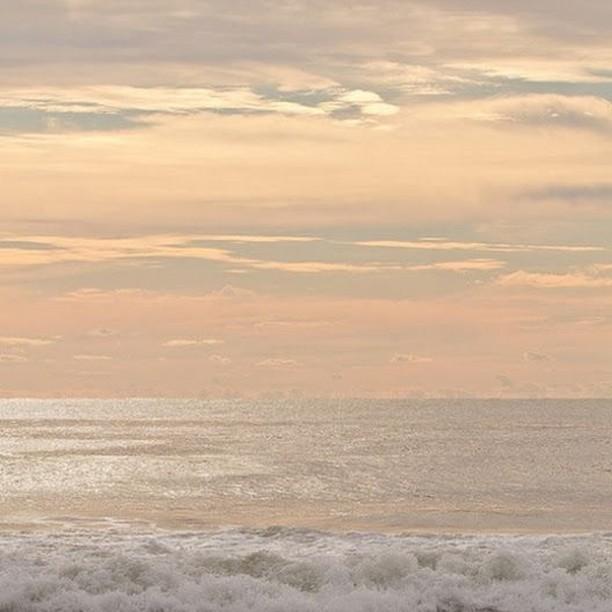These golden tones 💖 . . . . . #sea #seascape #seaside #vacation #sunset #sunrise #summer #beautiful #prettylittlething #moodboard #summervibes #pursuepretty #beach #beaches #wildweather #passionpassport #pinterest #views #romantic #sunsetbeach #sunsetlover #sunset_pics #sunset_love