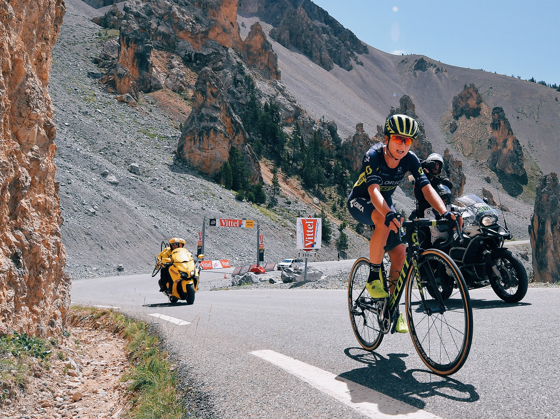 Annemiek van Vleuten battling the Col d'Izoard in 2017's race