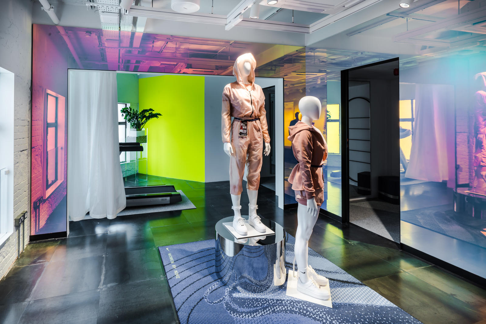Holographic fitting rooms for a futuristic experience