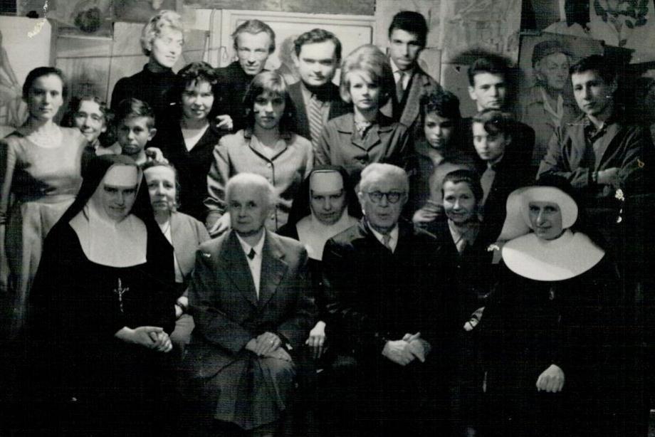 Szkoła Rysunkowa Saska Kępa, Profesorowie Maria i Bolesław Kuźniarscy; Siostra M. Elżbieta - pierwsza od prawej