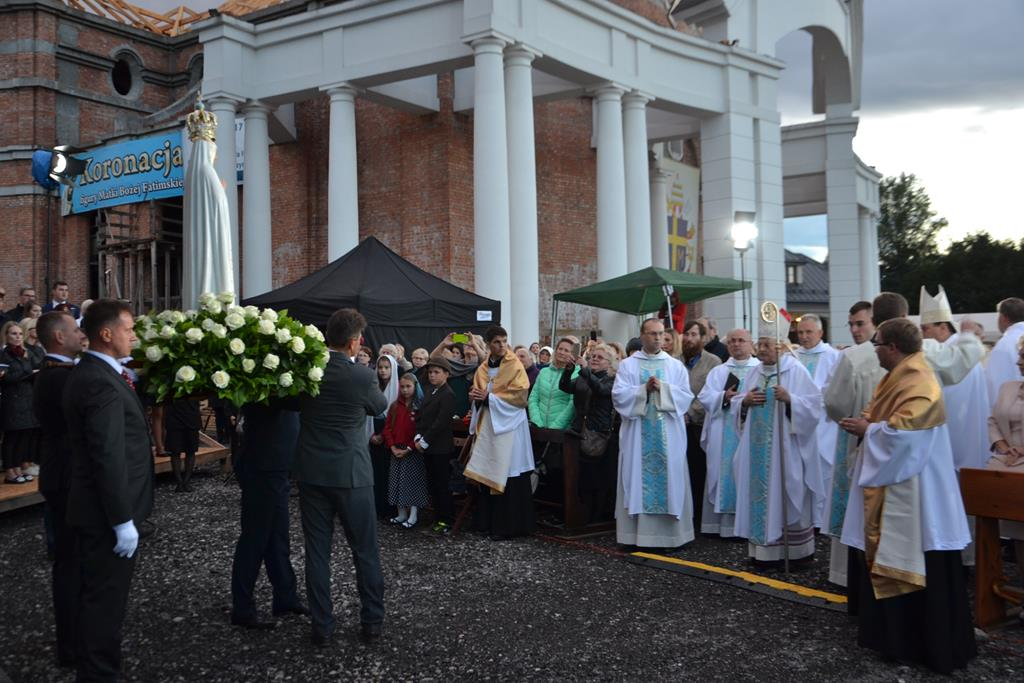 Zakończenie Uroczystej Eucharystii z obrzędem nałożenia Korony Papieskiej na Figurę Matki Bożej Fatimskiej w Radzyminie