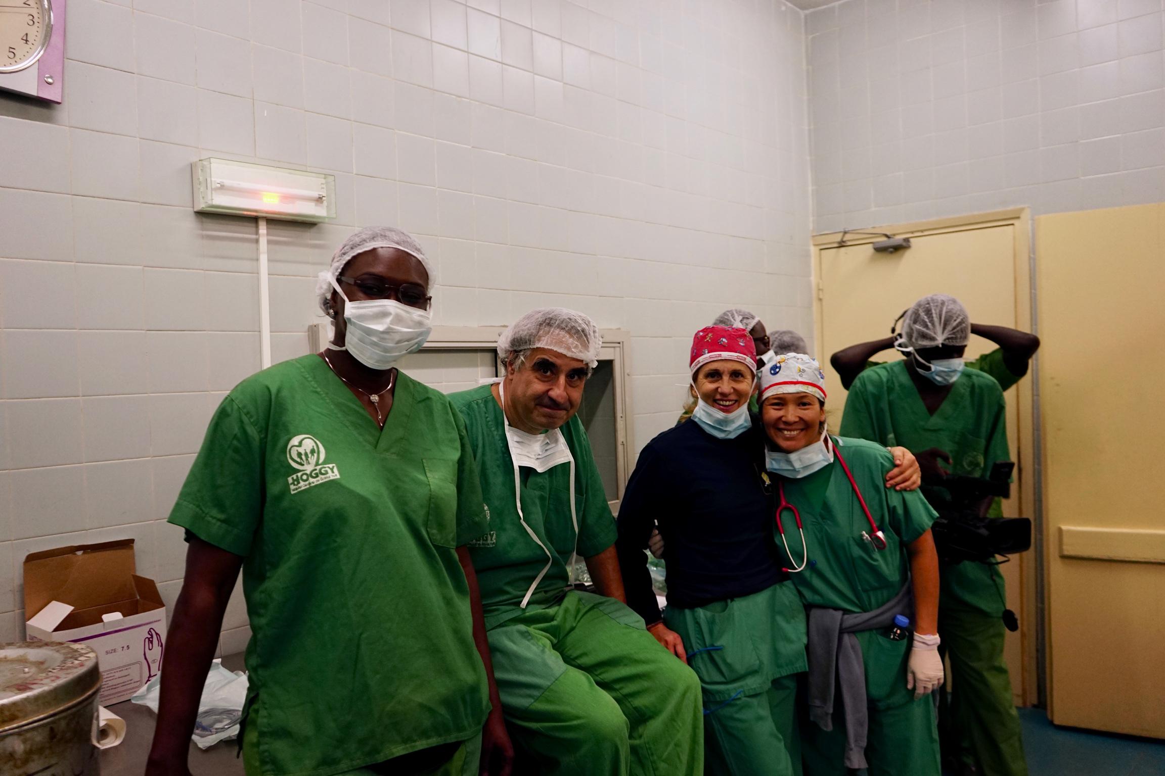 Lo staff italiano di Emergenza Sorrisi con Khotta, medico senegalese da anni in Italia.