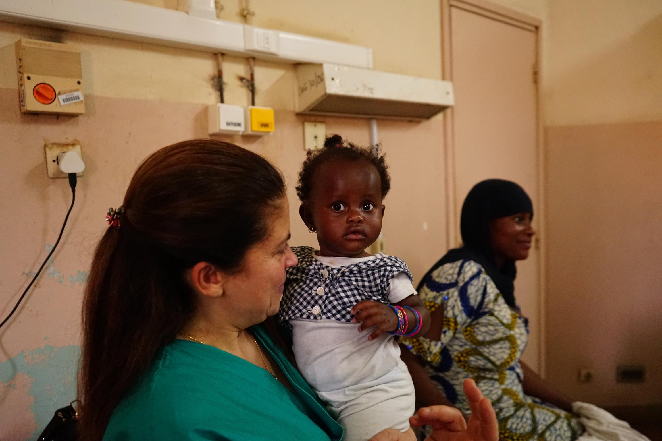 Paola, medico italiano, con in braccio una delle bambine operate da Emergenza Sorrisi.