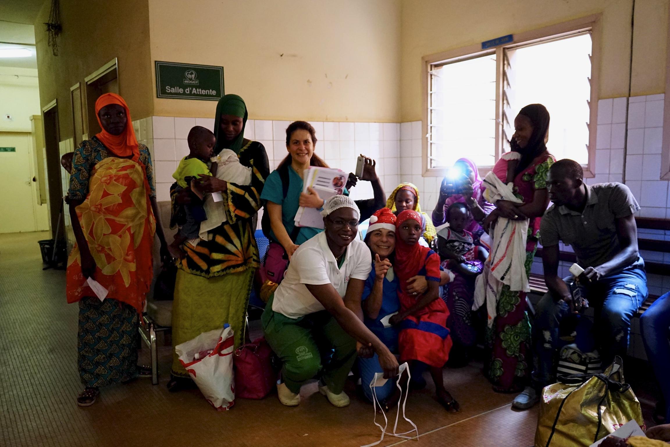 Mamme, bambini e staff di Emergenza Sorrisi, tutti assieme per l'ultimo giorno.