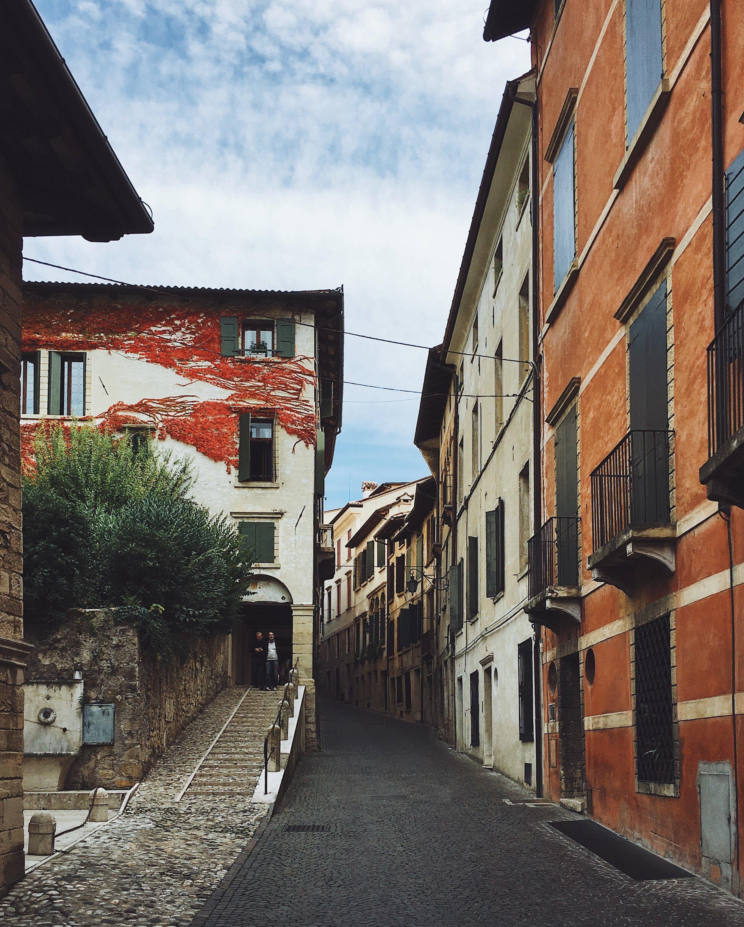 Un vicolo del centro storico di Asolo, culla del Prosecco trevigiano.