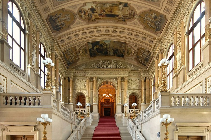 Il favoloso ingresso del Burgtheater di Vienna.