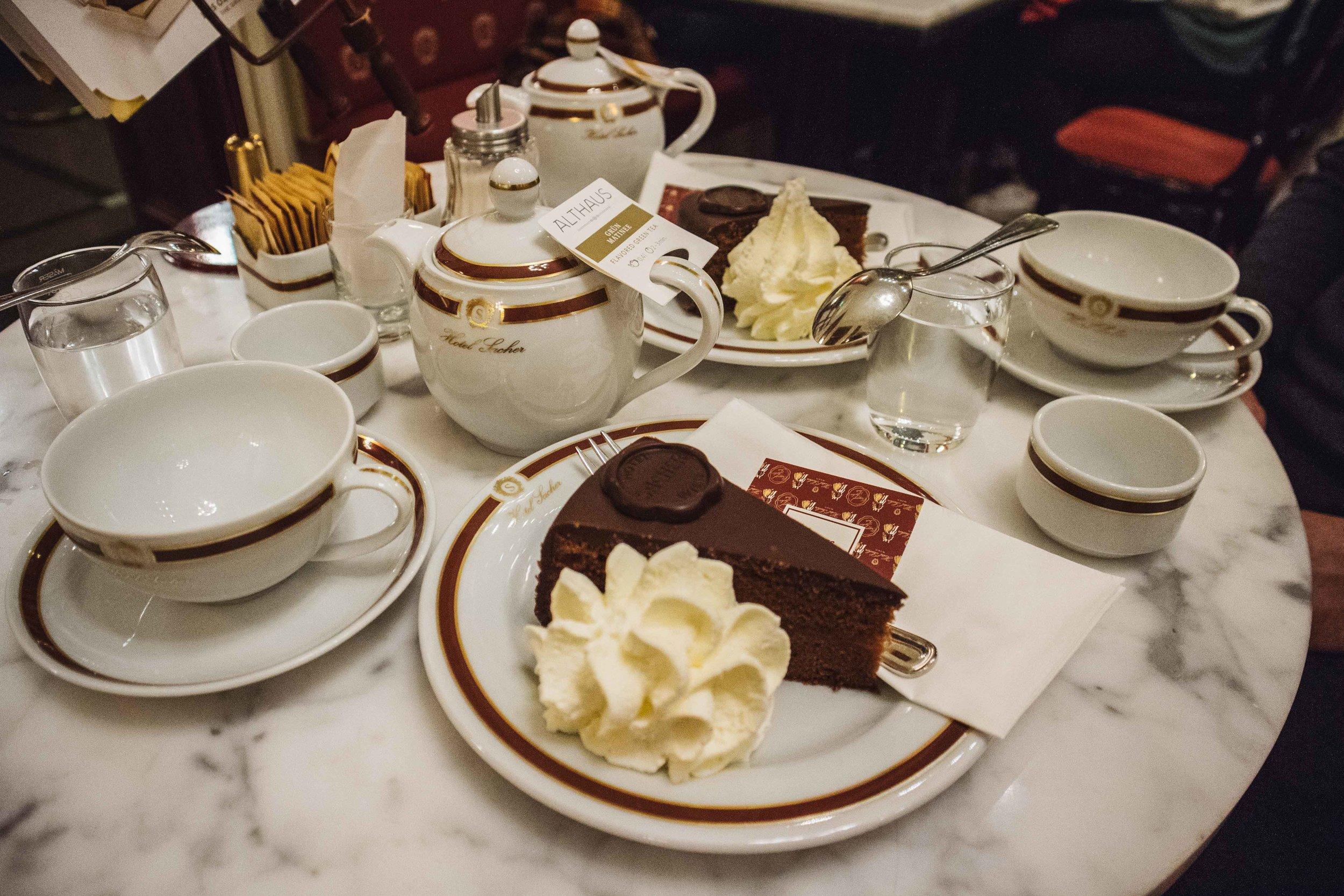 L'immancabile torta Sacher accompagnata da un Tea Jasmine all'Hotel Sacher.