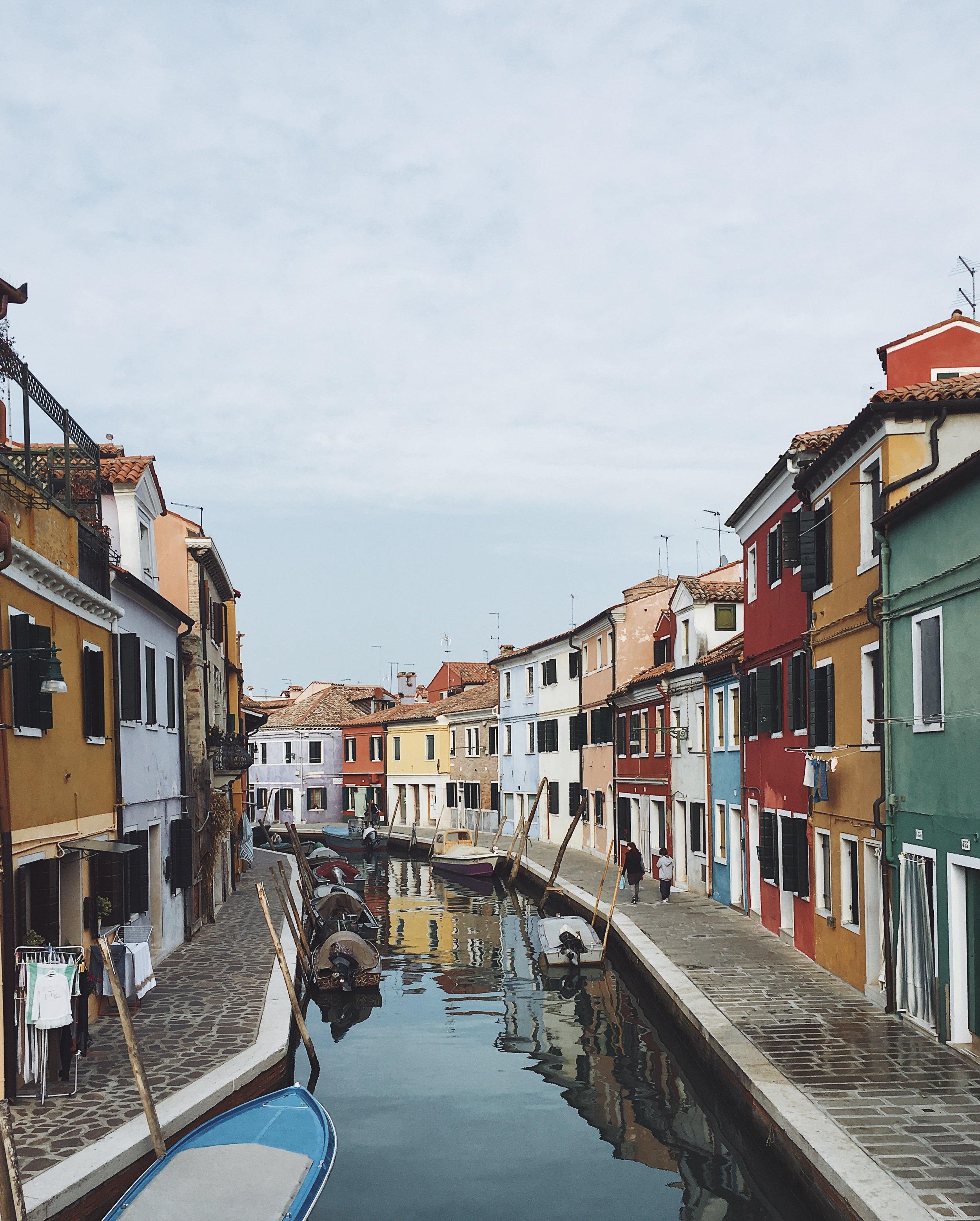 La coloratissima isola di Burano, famosa per i suoi merletti.