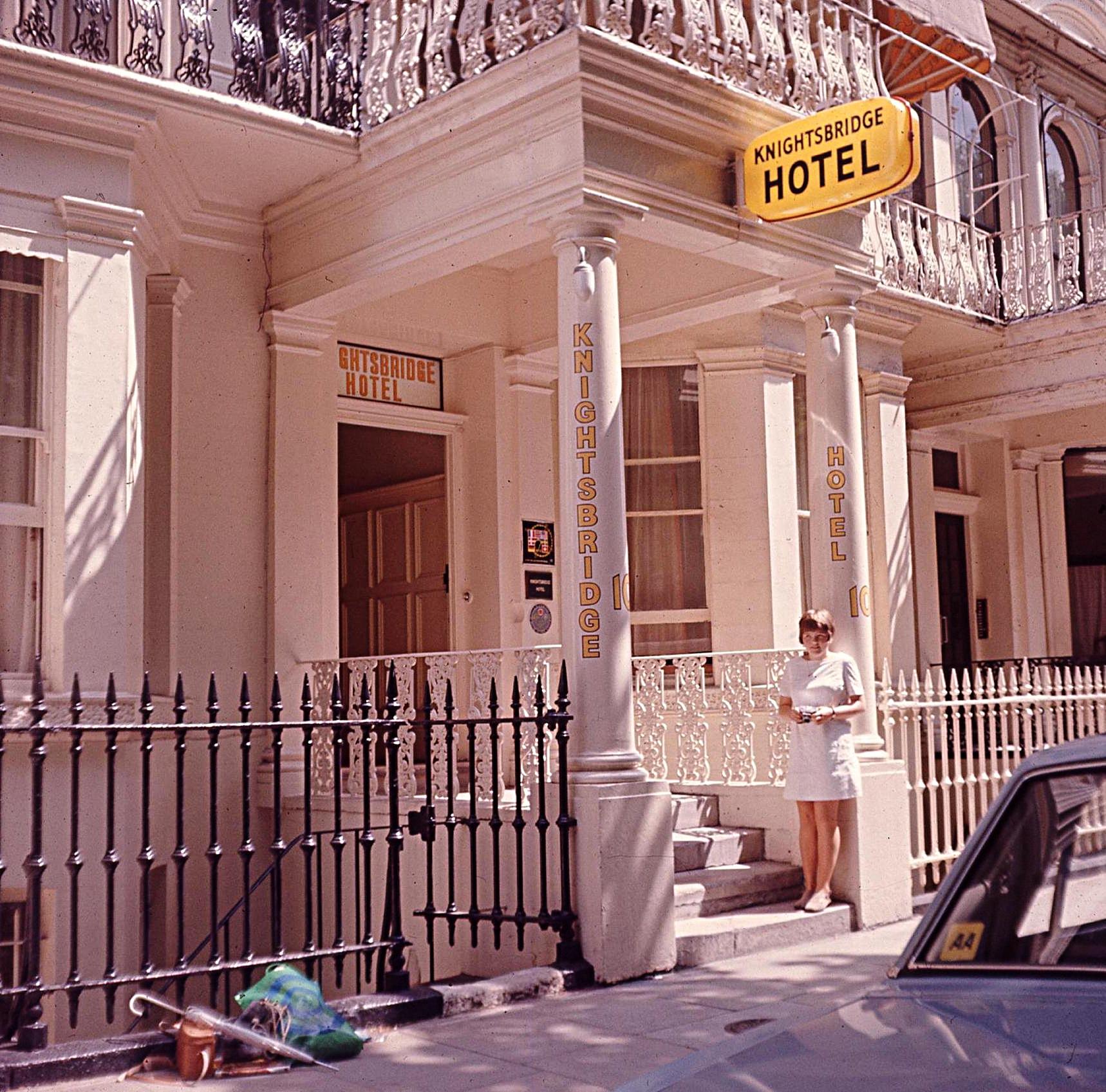We found it! Anya plus clobber outside Polnareff's hotel.