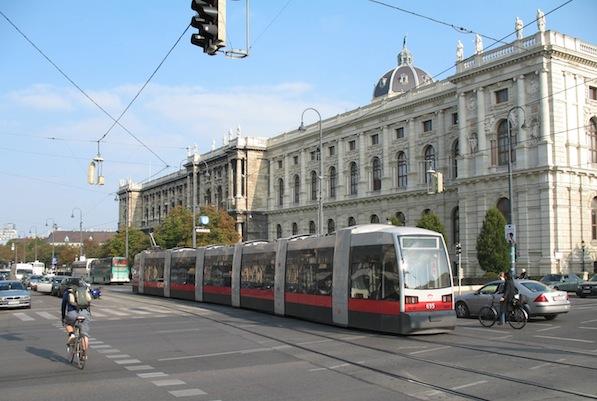 Tram_in_Vienna_2007.jpg