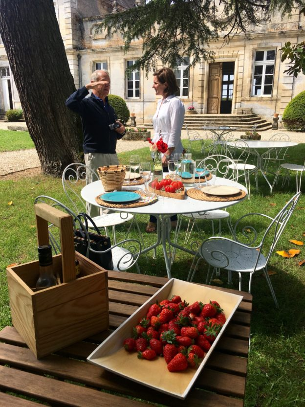 A picnic in the grounds of Château de Cerons