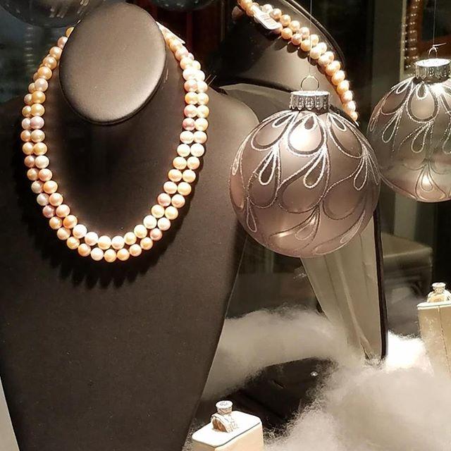 It's beginning to look a lot like Christmas! #shopsmall #Princeton #pearls #princetonshoppingcenter #holidayseason #bestpresent #imperialpearl #stuller